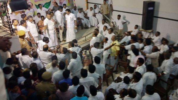 'மூத்த உறுப்பினர்களுக்கு முக்கியத்துவம் இல்லை'- அதிமுக செயல்வீரர்கள் கூட்டத்தில் சலசலப்பு