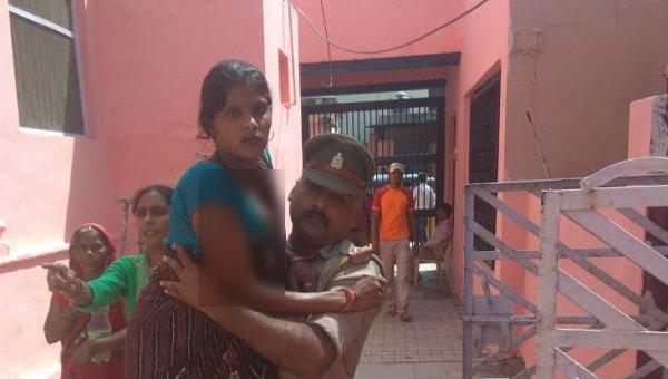 `ஆம்புலன்ஸ் கிடைக்கல..!' - நிறைமாத கர்ப்பிணியை சுமந்து சென்று காப்பாற்றிய போலீஸ் அதிகாரி #HatsOff
