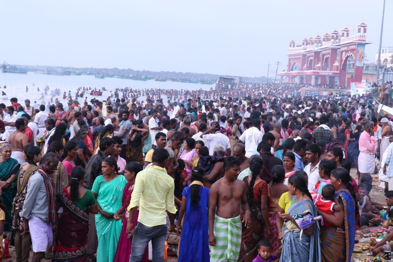 மஹாளய அமாவாசை தினத்தில் அக்னி தீர்த்தத்தில் நீராடிய பக்தர்கள்