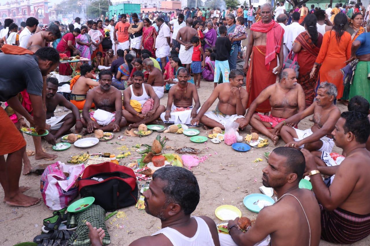 அமாவாசை தினத்தில் ராமேஸ்வரத்தில் முன்னோர்களுக்கு திதி கொடுத்த யாத்திரையினர்