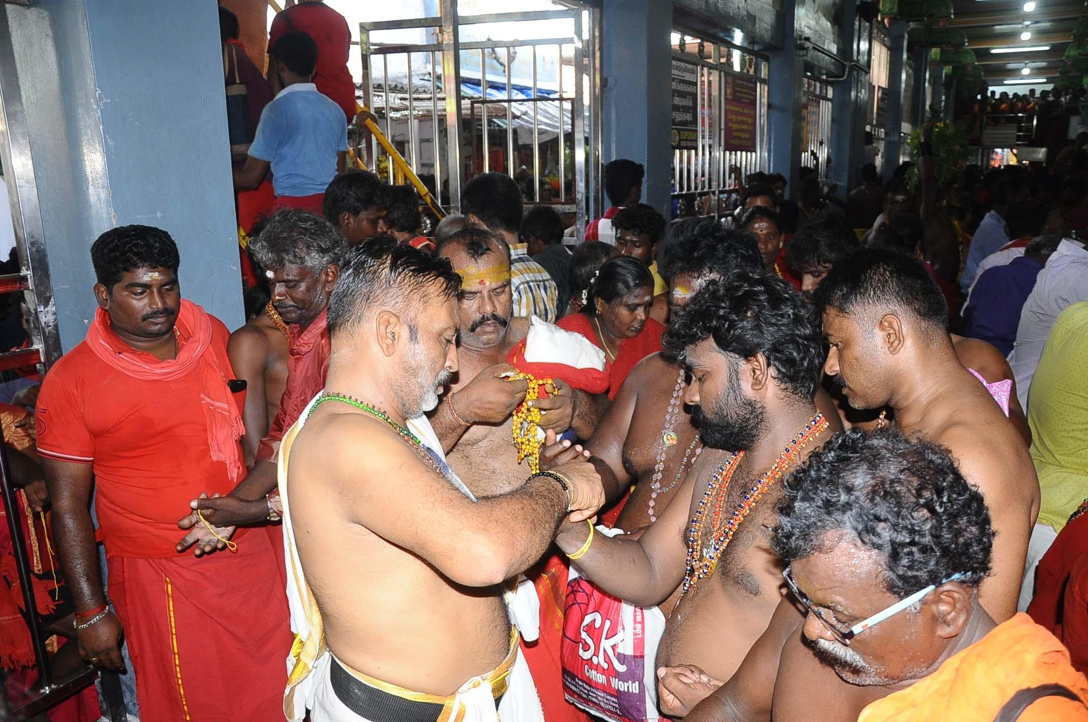 காப்பு கட்டிய வேடமணியும் பக்தர்கள்