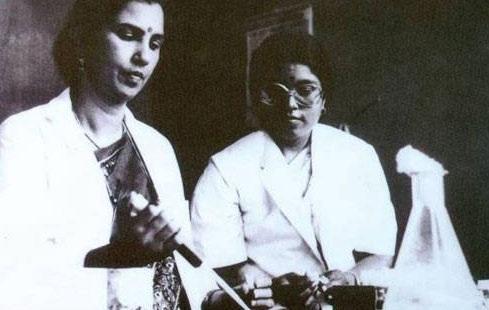 பேராசிரியர் சுனிதி சாலமனுடன் நிர்மலா