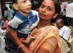 `உதவி பண்ணுங்க..!' - கலெக்டர் ஆபீஸுக்கு 18 வயது மகனை இடுப்பில் தூக்கி வந்த அம்மா கண்ணீர்