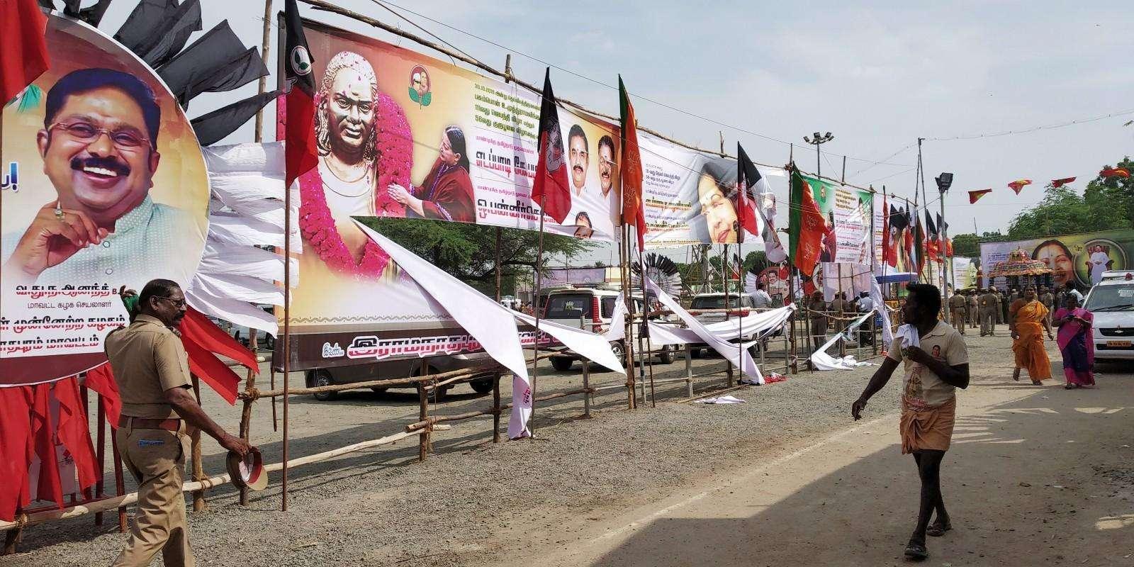 பசும்பொன்னில் சேதப்படுத்தப்பட்ட அதிமுக பேனர்கள்