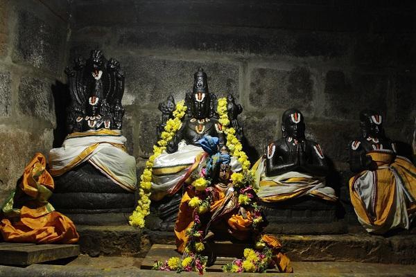 விளக்கொளி பெருமாள் ஶ்ரீதேவி, பூமிபிராட்டி ஆகியோருடன் மேற்கு நோக்கி திருக்காட்சி