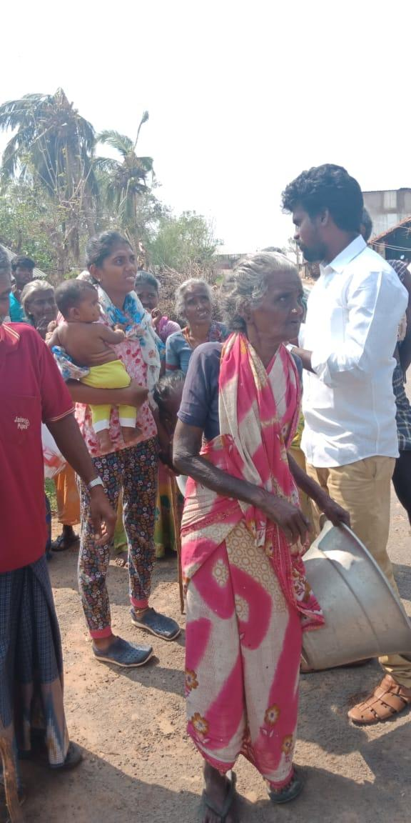 கஜா புயலினால் பாதிக்கப்பட்டுள்ள மக்கள்