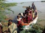 8 ஆண்டுகளாக நடைபெறும் பாலம் அமைக்கும் பணி - ஆறுகளைக் கடக்க ஆறுதல் தந்த படகு சேவை!