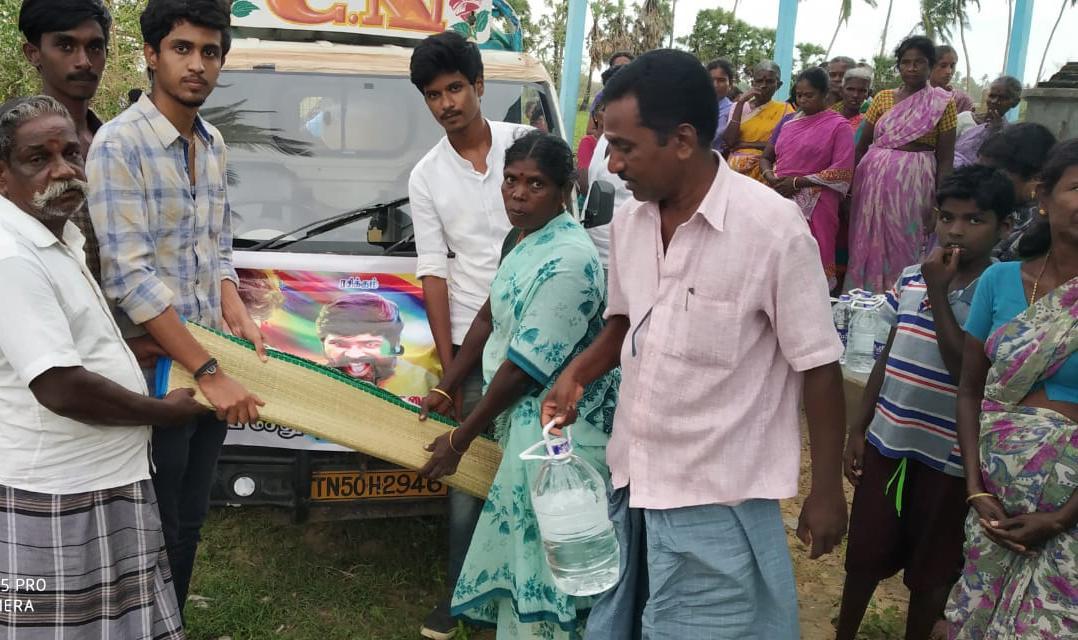 பாதிக்கப்பட்ட மக்களுக்கு உதவி செய்யும் விஜய்சேதுபதி ரசிகர்கள்