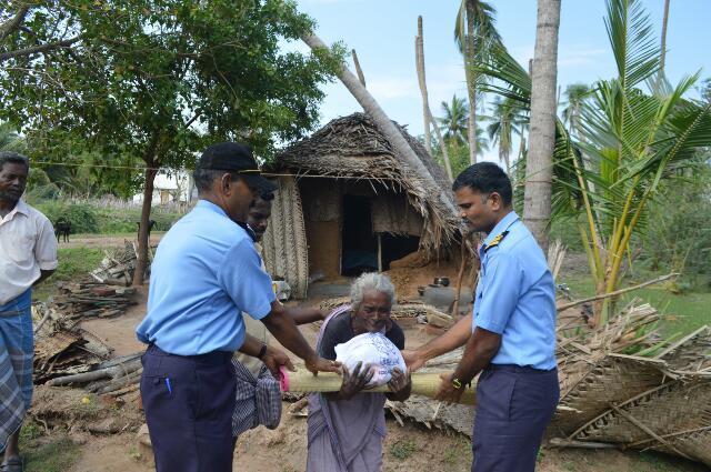 கஜா புயல் பாதிக்கப்பட்ட கிராமங்களில் இந்திய கடலோரக் காவல்படை உதவி