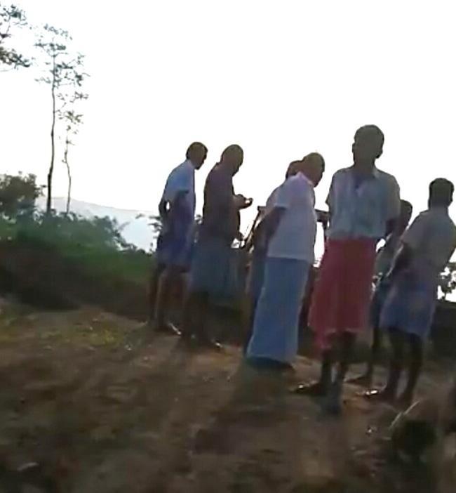 மணல் கொள்ளை நடக்கும் இடத்தில் நின்றவர்கள்