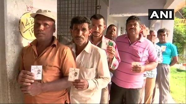 5 மாநிலத் தேர்தல் - மக்கள் வரிசையில் வாக்களித்தனர்
