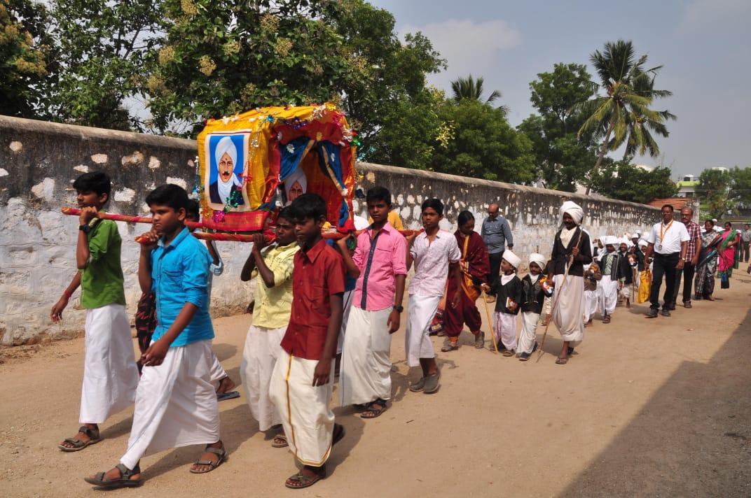 பாரதிகள் உருவப்படத்தை பல்லக்கில் தூக்கி வரும் மாணவர்கள்