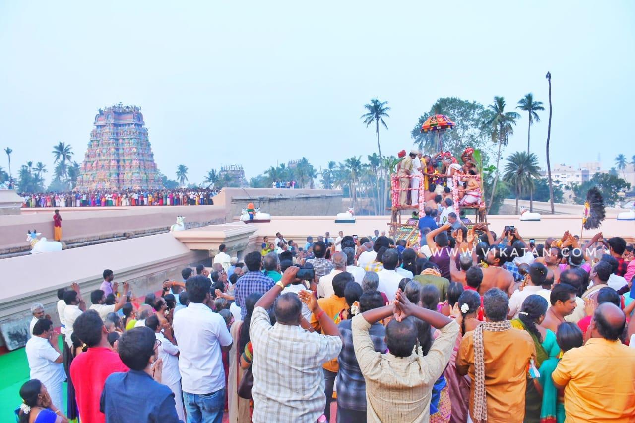 கும்பாபிஷேகத்தில் பங்கேற்ற பக்தர்கள்