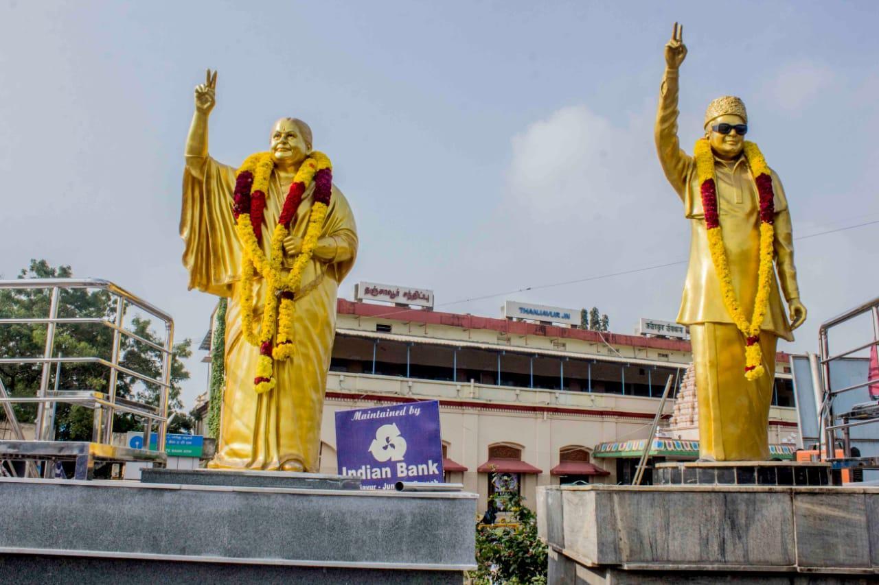 தஞ்சாவூர் ரயில் நிலையம் எதிரே அமைக்கப்பட்டுள்ள எம்ஜிஆர்- ஜெயலலிதா சிலைகள்