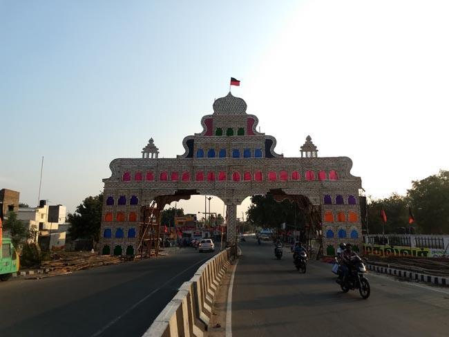 செந்தில்பாலாஜி நடத்தும் விழாவின் அலங்கார வளைவு