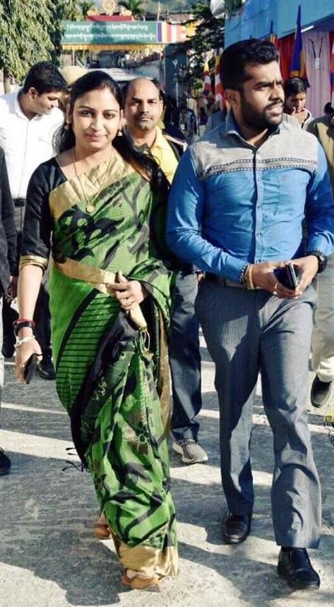 ஐ ஏ எஸ் அதிகாரி நிகில் - நந்தினி