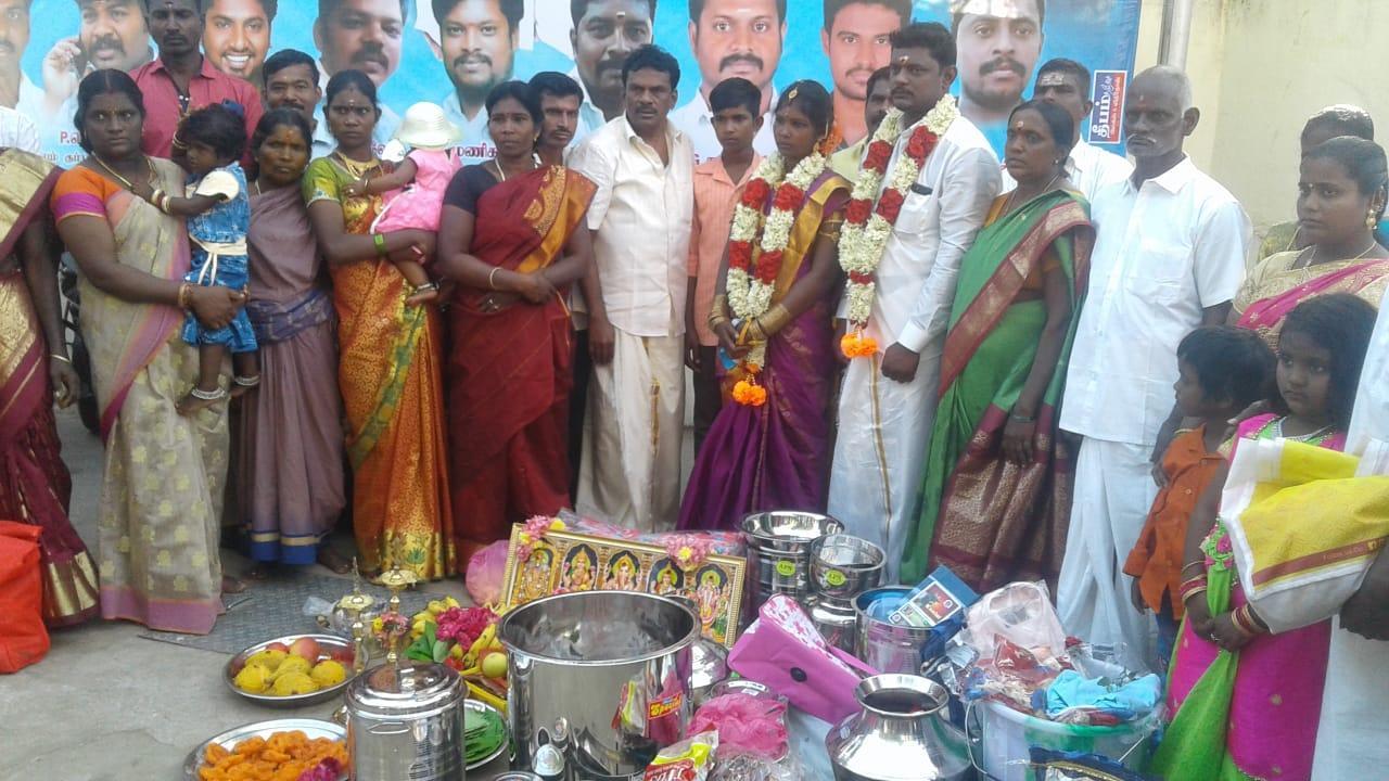 சந்தோஷத்தில் மணமக்கள் குடும்பம்