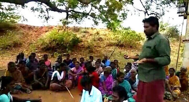 கிராமசபைக் கூட்டம் பற்றி பெண்களுக்கு விளக்கும் இளைஞர்