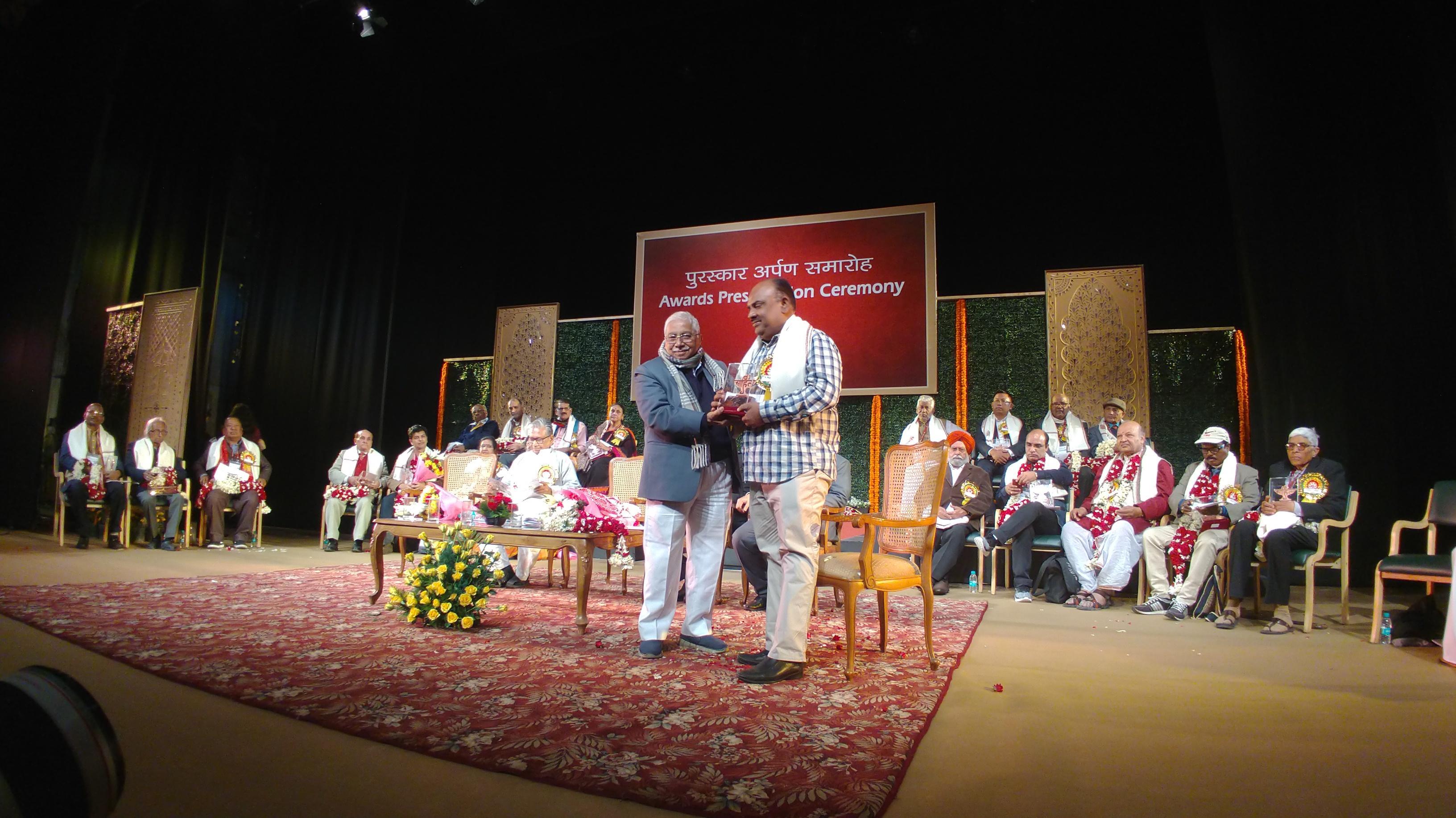 விருதுபெற்றுக் கொண்ட எஸ்.ராமகிருஷ்ணன்