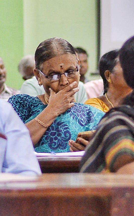 விவசாயிகள் குறைதீர்ப்புக் கூட்டத்தில் செல்போன் பயன்படுத்தும் அதிகாரி