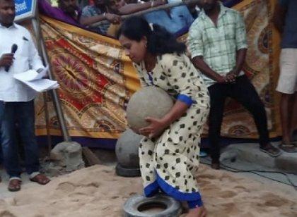 50 கிலோ இளவட்டக் கல்லை அசால்டாகத் தூக்கி அசத்திய குடும்பத் தலைவி பிரதீபா!