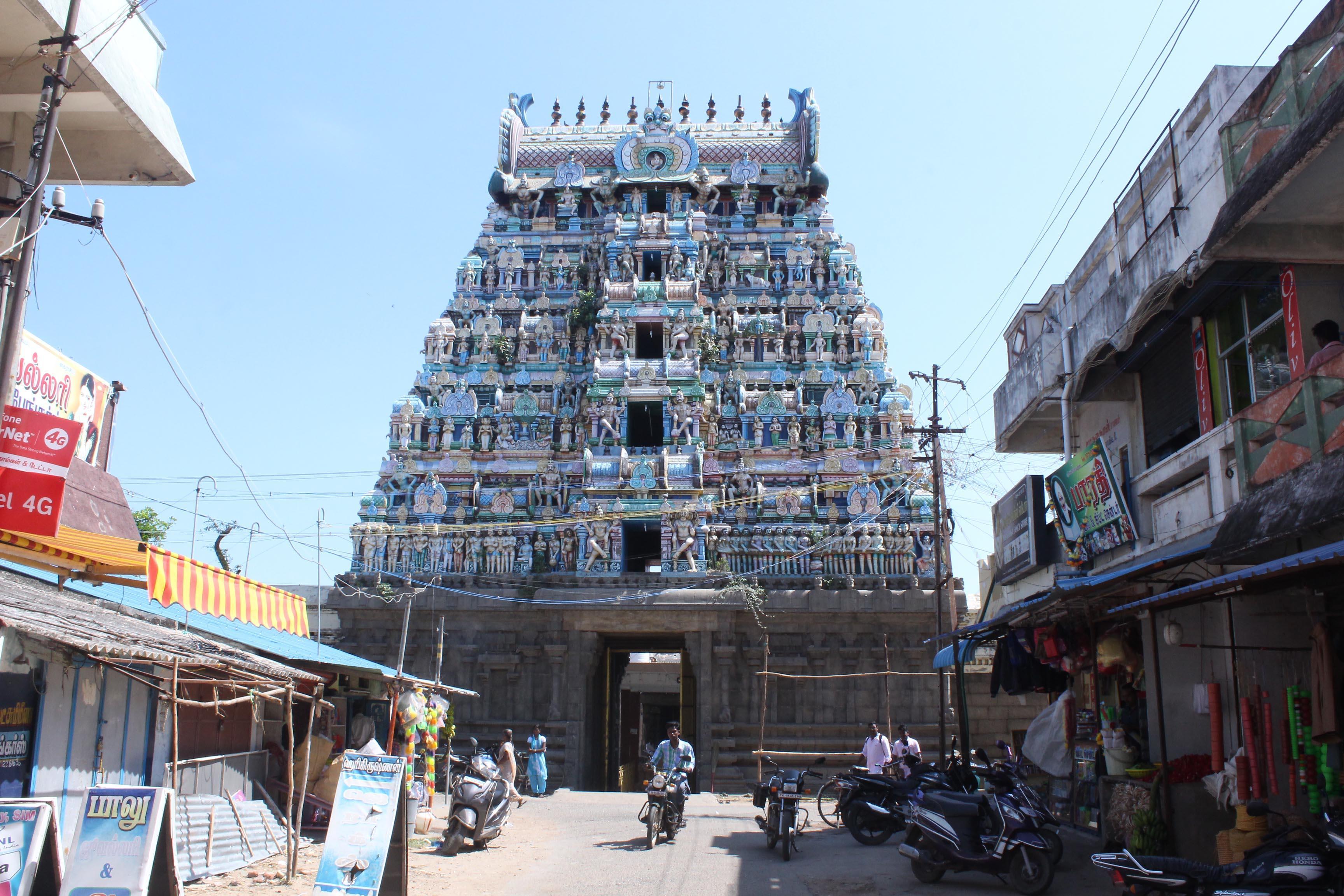 வேதாரண்யேஸ்வரர் கோயிலில் பக்தர்கள்