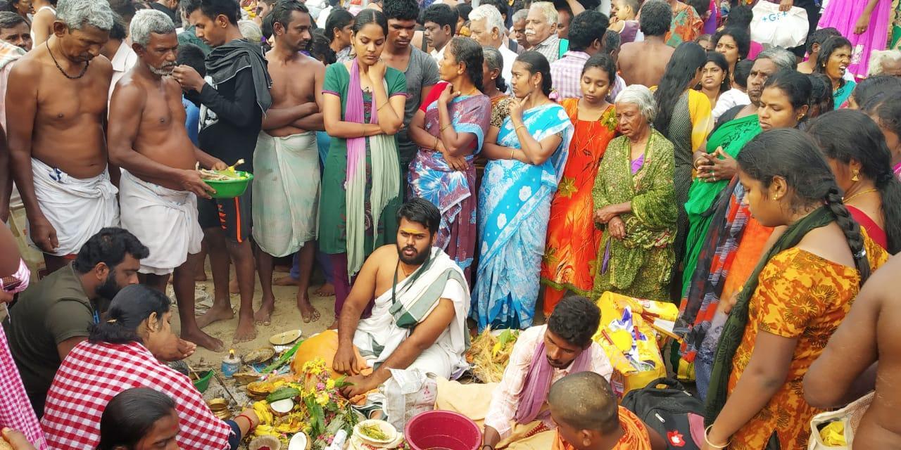 தை அமாவாசை தினத்தில் முன்னோர்களுக்கு திதி கொடுத்தனர்