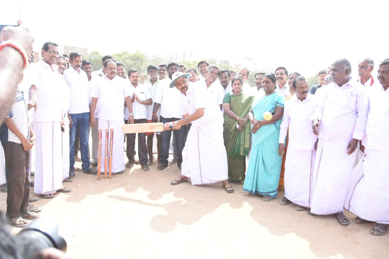 கிரிக்கெட் விளையாடும் எம்ஆர்விஜயபாஸ்கர்