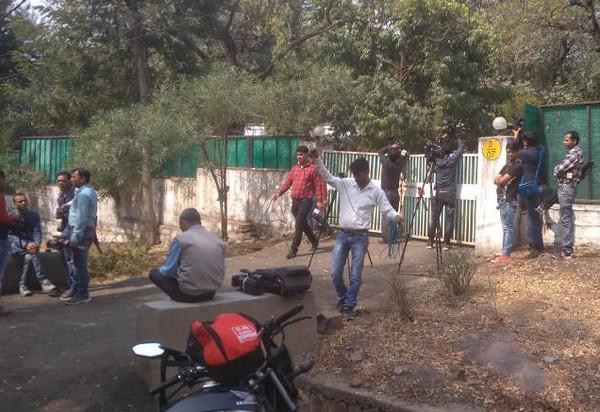 ஐ.பி.எஸ் பங்களா முன் மீடியா குழுவினர்