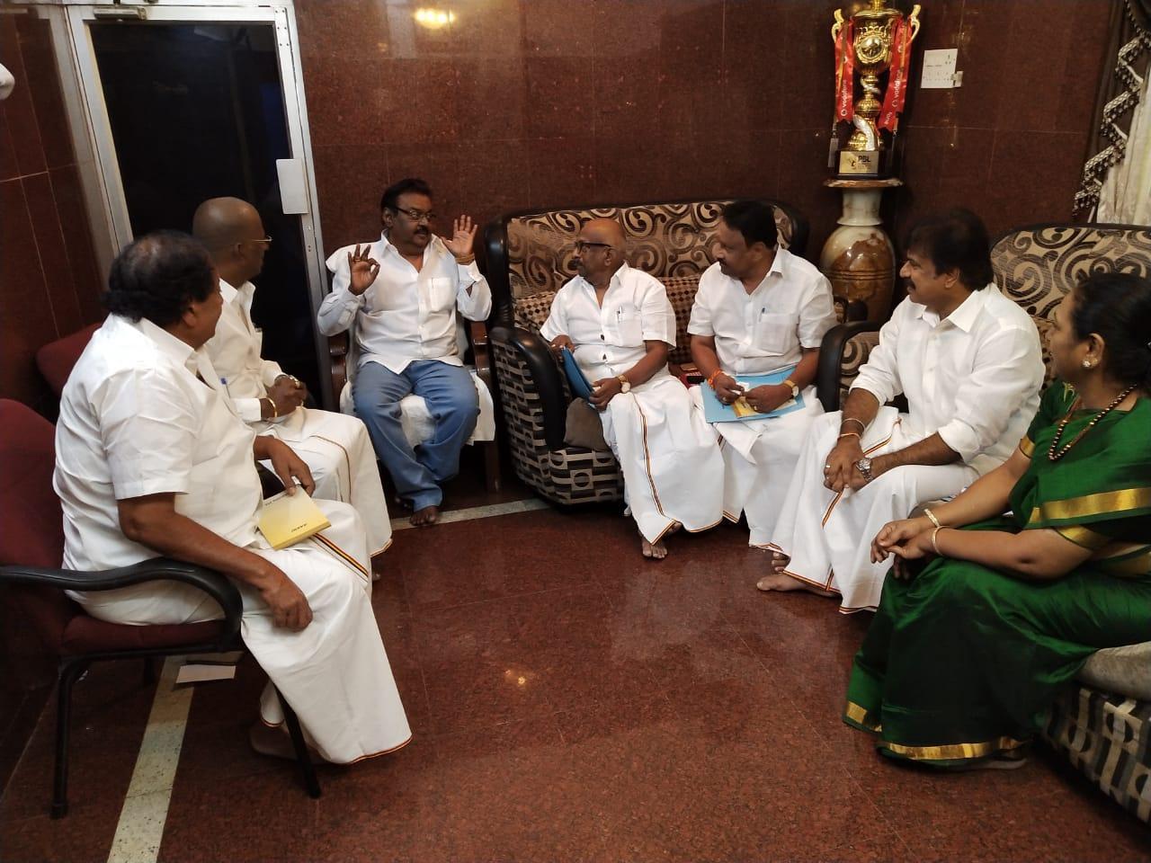 தேமுதிக நிர்வாகிகளுடன் விஜயகாந்த் ஆலோசனை