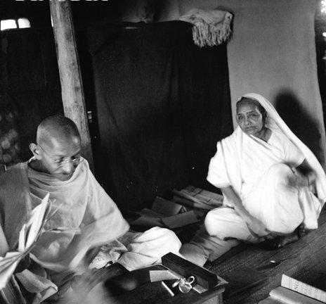 1930-களில் காந்தியும் கஸ்தூரிபாய் காந்தியும்...