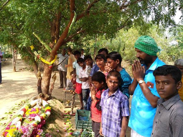 நம்மாழ்வார் சமாதியில் சிறுவர்களுடன் பாலசுப்ரமணியன்