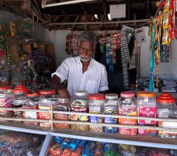 குர்குரே, லேஸ் இல்லாத மளிகைக் கடை தாத்தா கடை