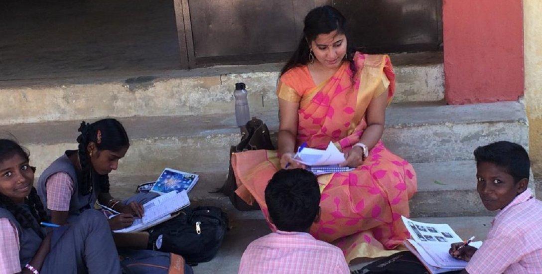 பள்ளியின் இறுக்கத்தைக் கரைத்த, கல்லூரி மாணவர்கள் - 'ஒன்டே டீச்சிங்!'