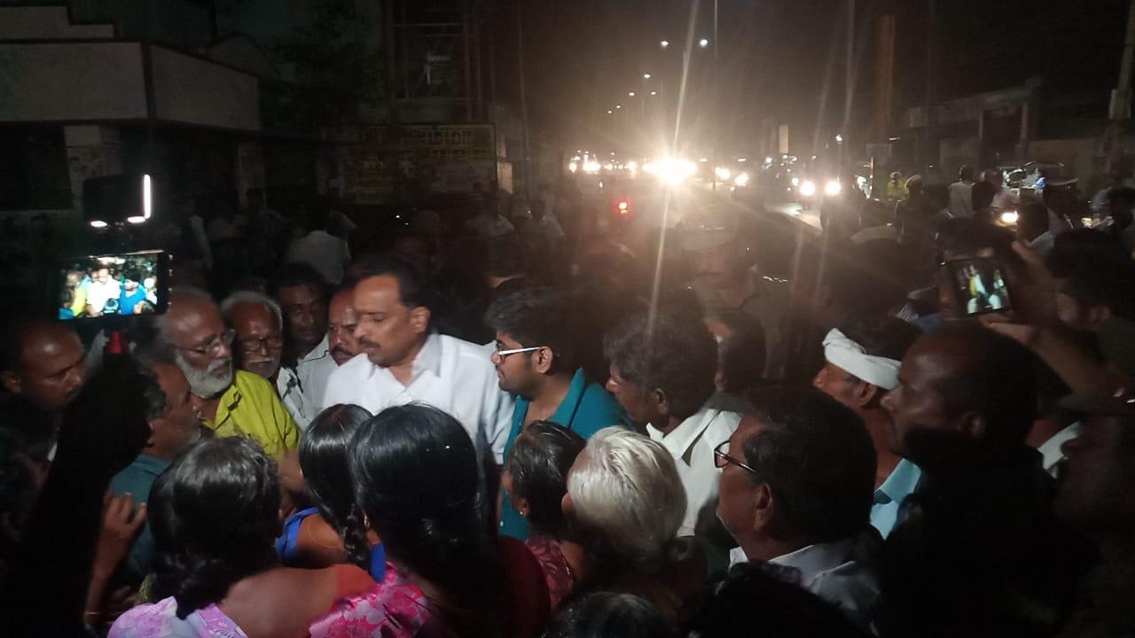 மக்களை சமாதானப்படுத்தும் எம்.ஆர்.விஜயபாஸ்கர்