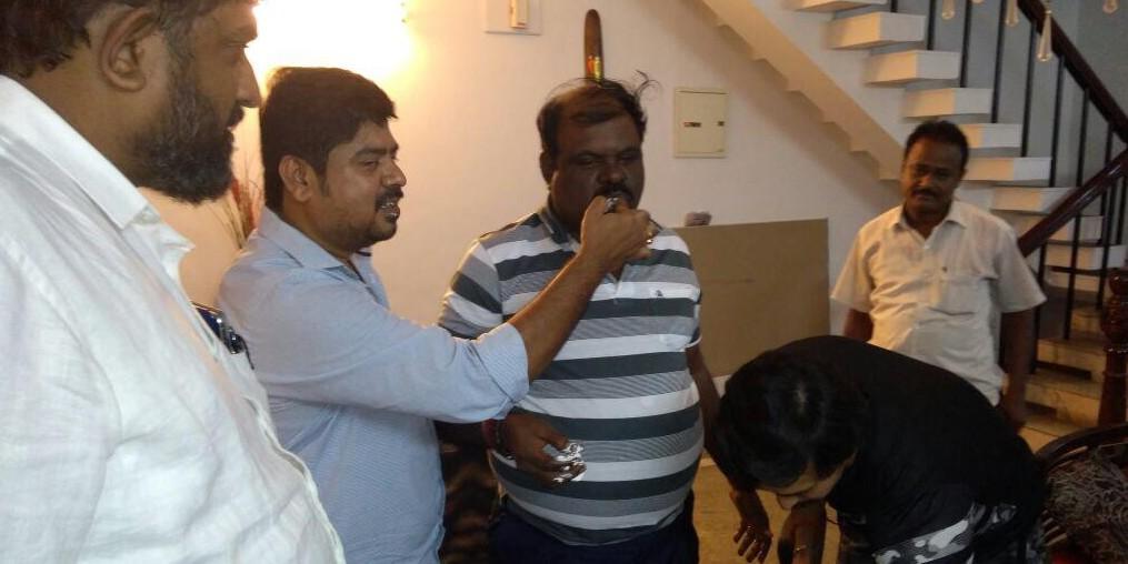 போலீஸ் உதவி கமிஷனர் சுப்புராயனுக்கு கேக் ஊட்டும் புகைப்படம்