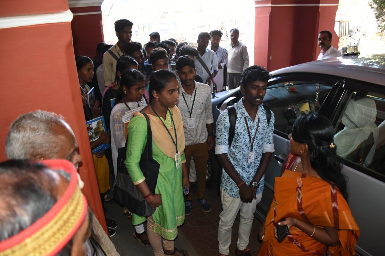 நீலகிரி மாவட்ட கலெக்டர் இன்னசென்ட் திவ்யாவிடம் மாணவர்கள்