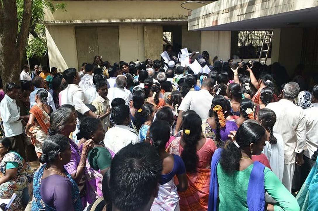 சிறப்பு நிதி பெறுவதற்காக மனு கொடுக்க வந்த ஏழைத் தொழிலாளர்கள்.