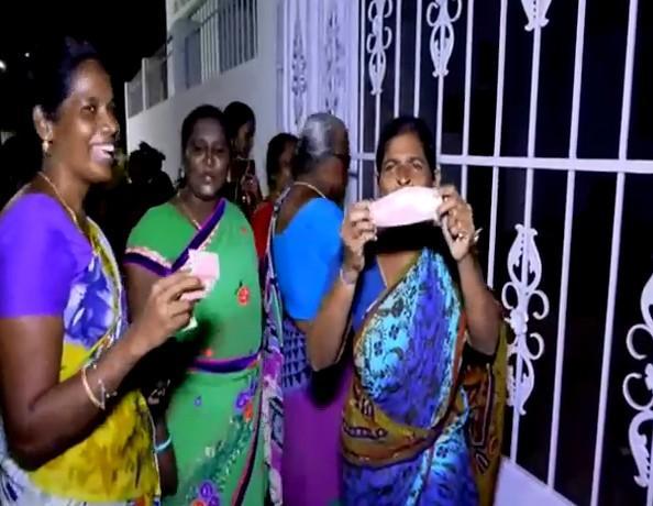 தினகரன் எம்.எல்.ஏ. அலுவலகத்தில் வீசப்பட்ட 20 ரூபாய் நோட்டுக்கள்