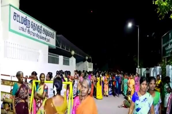 தினகரன் எம்.எல்.ஏ. அலுவலகத்தில் 20 ரூபாய் நோட்டுக்களை வீச குவிந்த பெண்கள்.