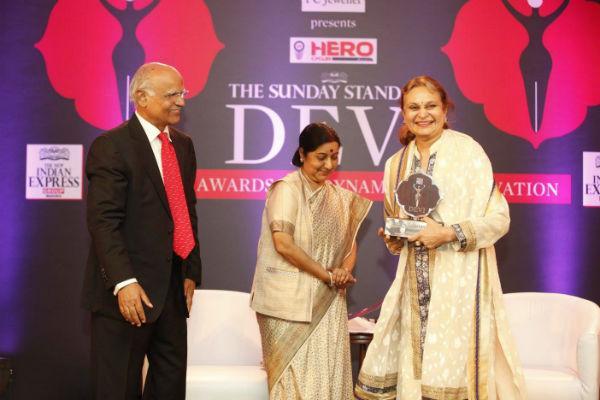 விருது வாங்கும் ருயா