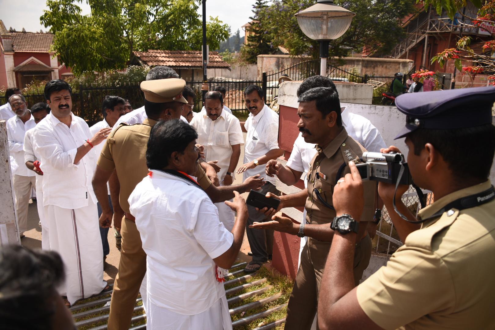 அதிமுக வேட்பாளர் தியாகராஜன் போலீஸூடன் வாக்குவாதம்