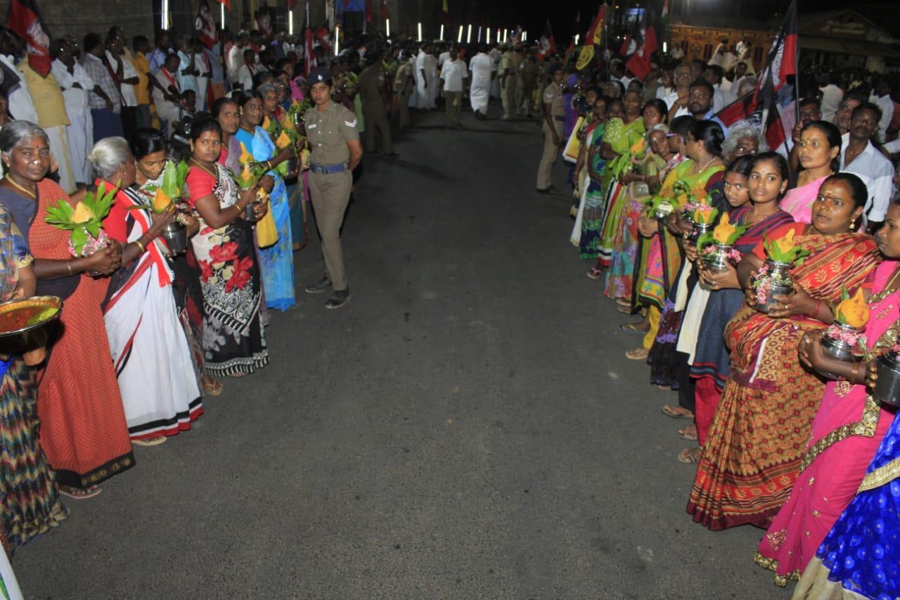 ஓபிஎஸ் வருகைக்காக காத்திருக்கும் பெண்கள்