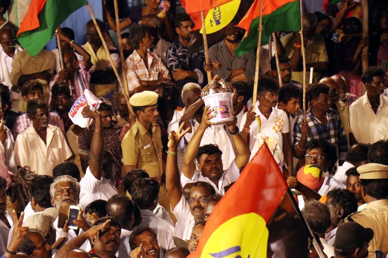 கருப்பட்டி கொடுக்க காத்திருந்த தொண்டர்