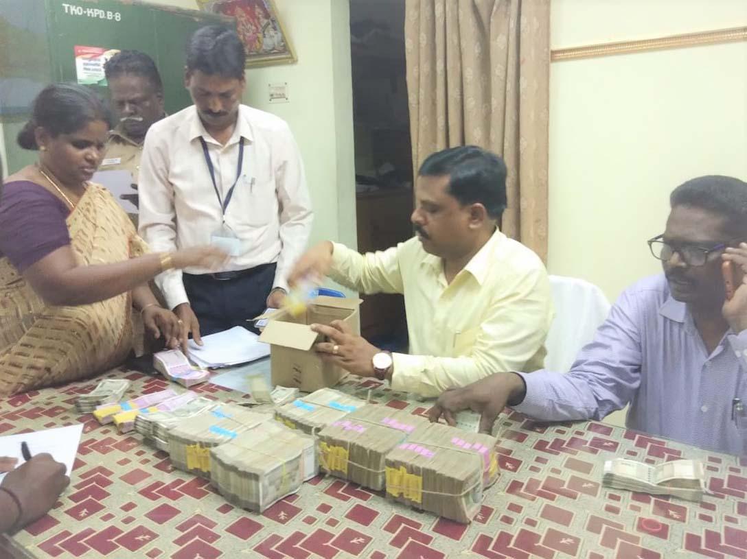 பறிமுதல் செய்யப்பட்ட 32 லட்சம் ரூபாய்