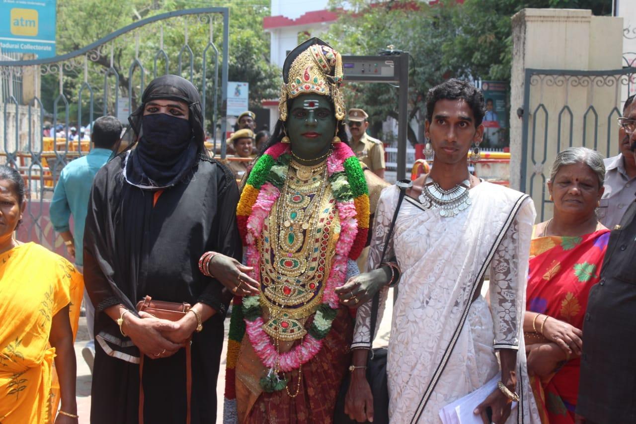 மதுரைத் தொகுதி வேட்புமனுத் தாக்கலின்போது பாரதி கண்ணம்மா