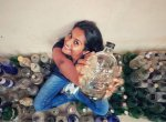 பிளாஸ்டிக் குப்பைகளிலிருந்து கலைப்பொருள்கள்... கழிவு மேலாண்மையில் கலக்கும் அபர்ணா!