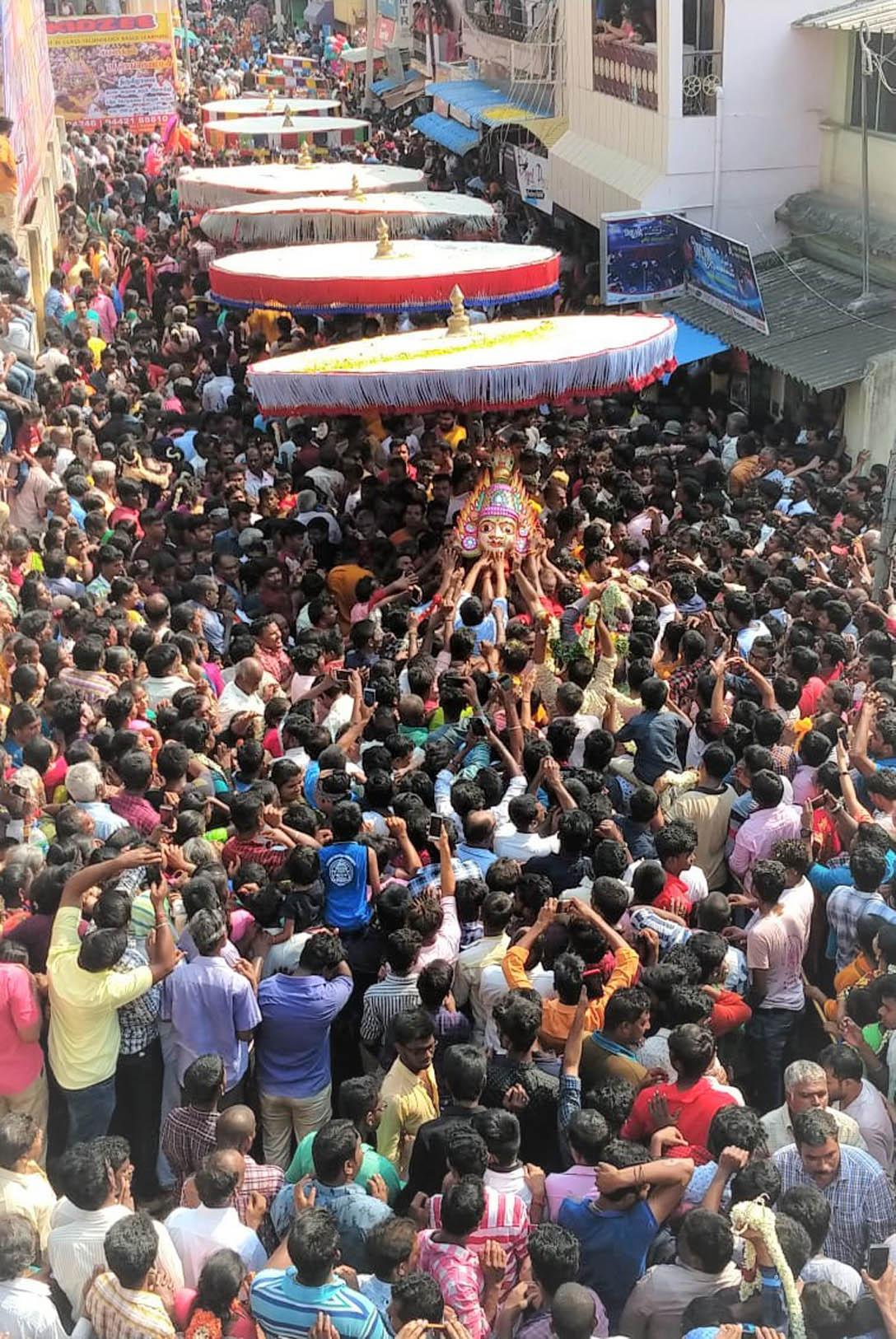 பக்தர்கள் வெள்ளத்தில் பவனிவந்த கெங்கையம்மன் சிரசு