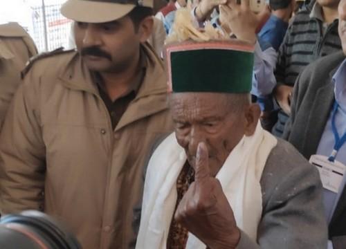 இந்தியாவின் முதல் வாக்கு பதிவு செய்த முதியவர்