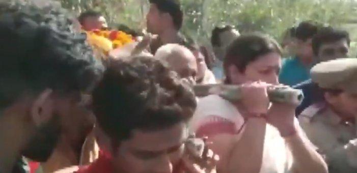 சுட்டுக்கொல்லப்பட்ட உதவியாளரின் உடலை தோளில் சுமந்த ஸ்மிருதி இரானி!